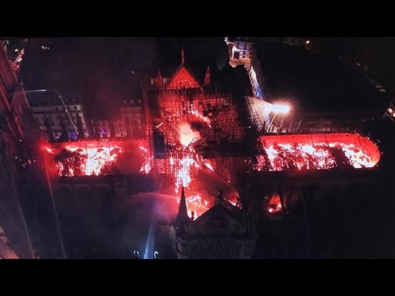"""Пожар опустоши катедралата """"Нотр Дам"""" в Париж - картинка 1"""