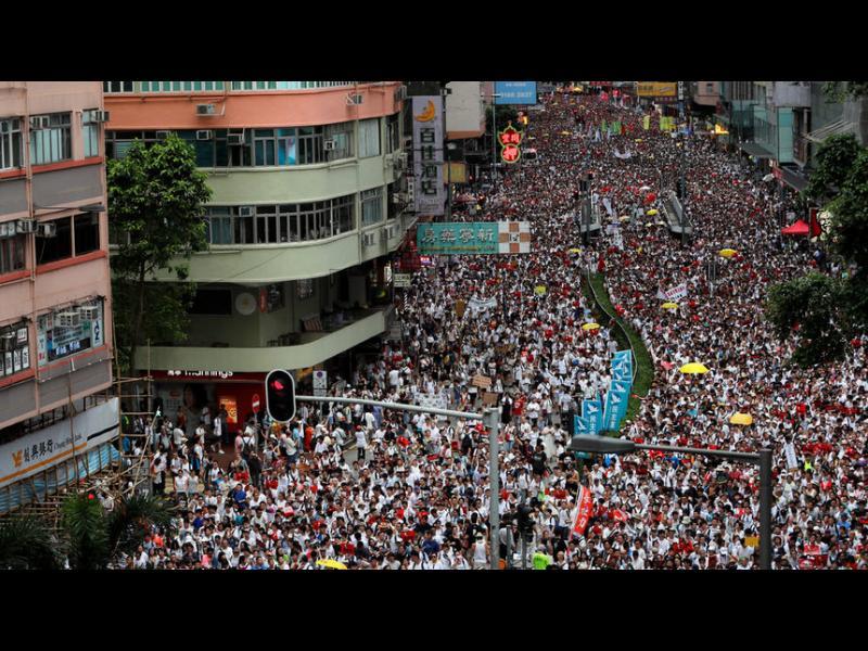 """Стотици хиляди протестираха в Хонконг, Китай обвини """"чужди сили"""" (видео)"""