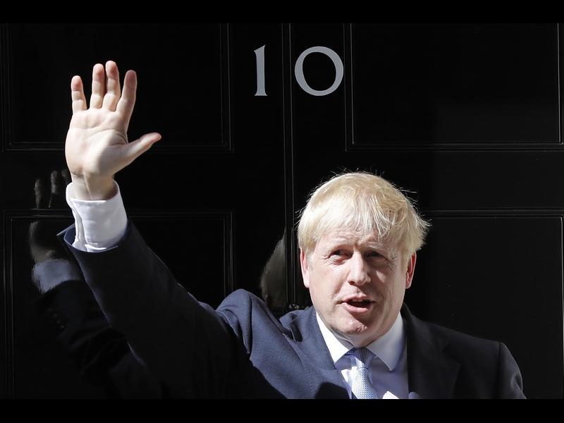 Иска да е Уинстън Чърчил, но е британският Доналд Тръмп