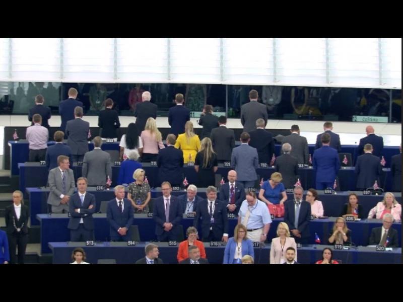 Евродепутати от Партията на BREXIT обърнаха гръб на европейския химн