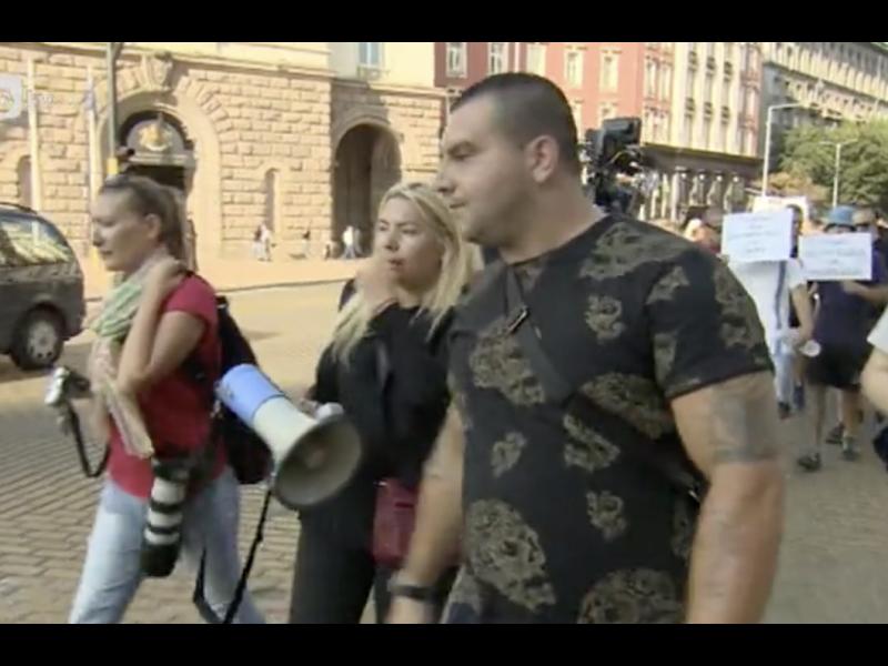 """Български """"нощен вълк"""" води протеста на ПИК в подкрепа на Гешев - картинка 1"""