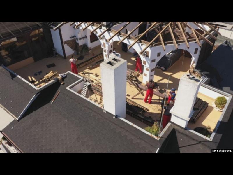 Пламен Георгиев започна да маха незаконните постройки от терасата си
