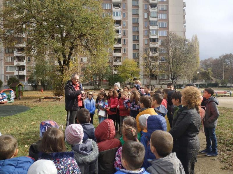 Четвъртокласници засадиха дръвчета в двора на детска градина