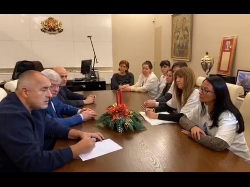 Разделяй и владей: Борисов обеща на медицинските сестри, че ще увеличи заплатите им, като вземе от тези на лакерите