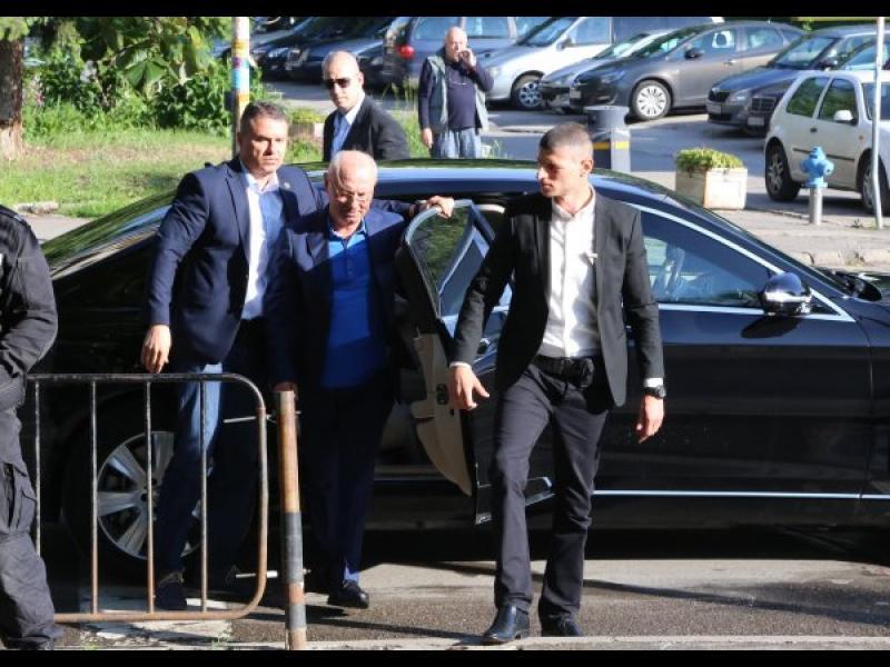 НСО плаща горивото за охраната на Пеевски и Доган
