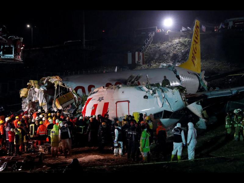 Самолет се разби на летище в Истанбул, трима загинали