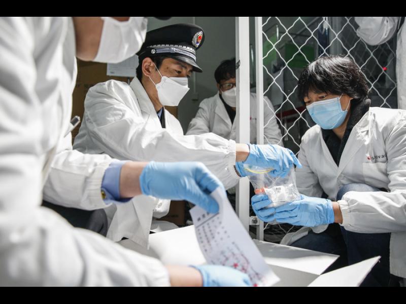 Китай пробва две ваксини върху хора. Сочи Русия като износителка на вируси