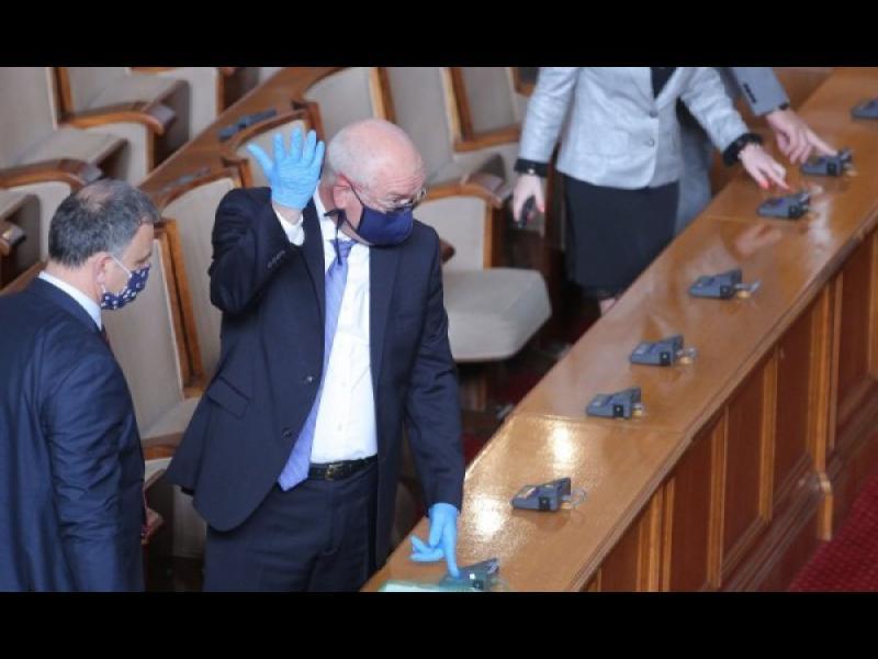 Депутати и министри остават без заплати за срока на извънредното положение - картинка 1