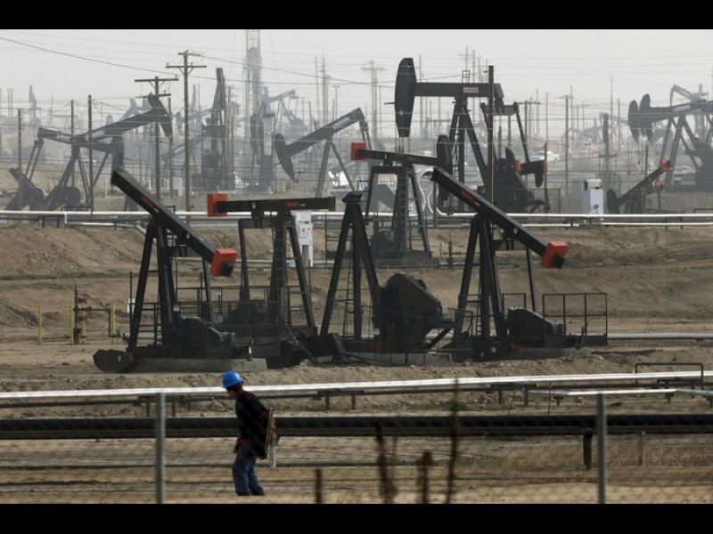 Цените по петролните фючърси продължават да падат главоломно