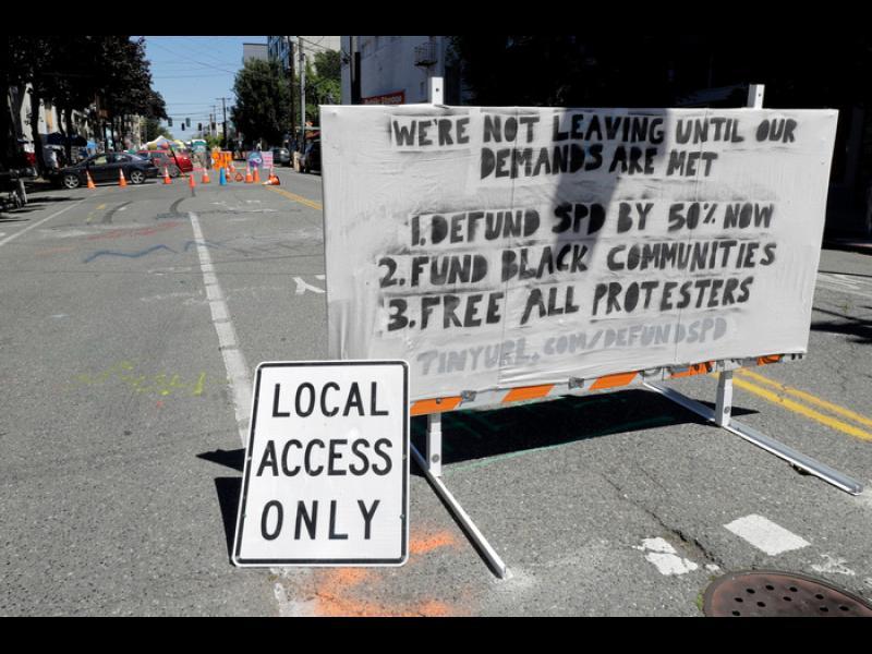 Въоръжени демонстранти окупират центъра на Сиатъл