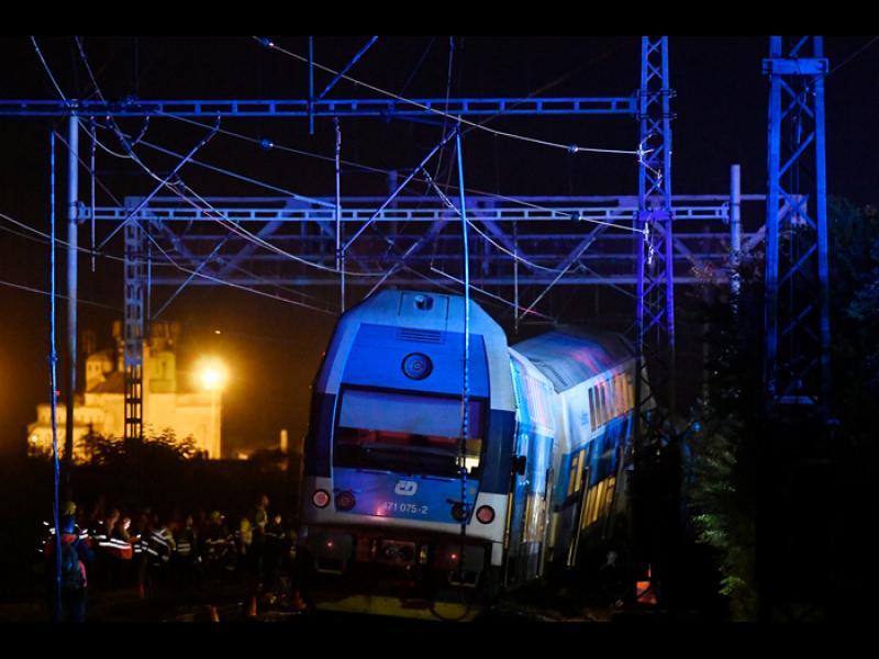 Един загинал и 35 ранени при влакова катастрофа близо до Прага