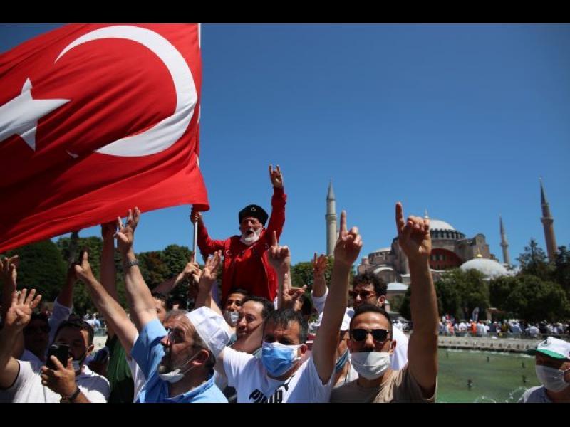 """Хиляди турци се събраха за първа молитва в """"Света София"""""""