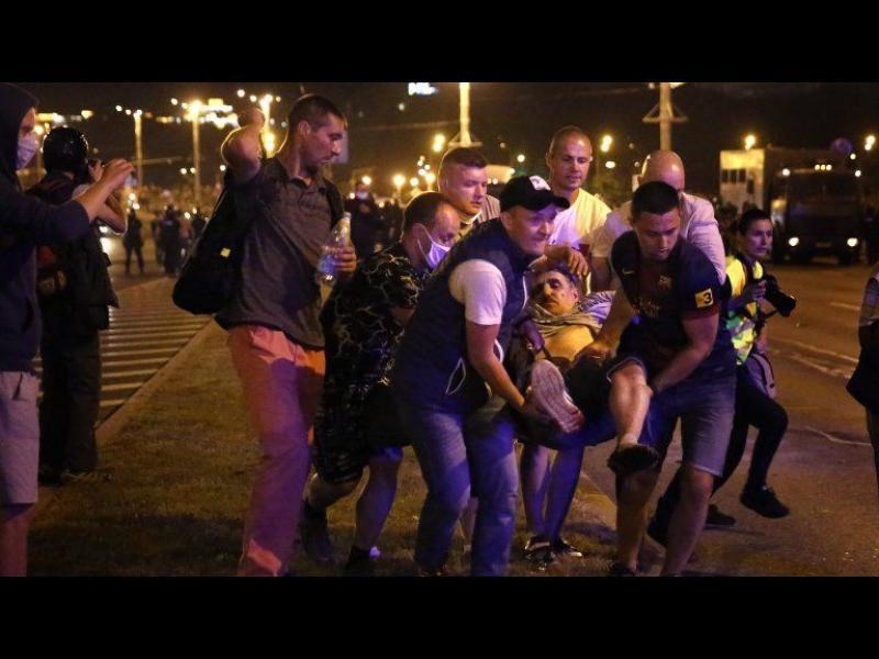Полицията разгони с шокови гранати протестиращите в Беларус. Един е убит