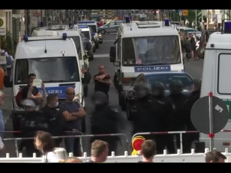 Противници на мерките срещу коронавируса атакуваха германския парламент