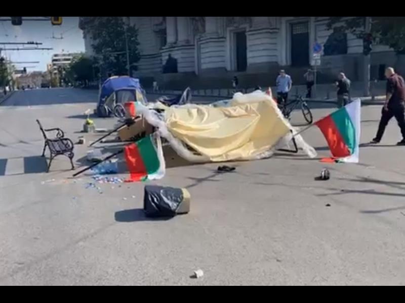 Трима мъже са нападнали с камъни палатковия лагер пред Ректората на СУ (ВИДЕО)