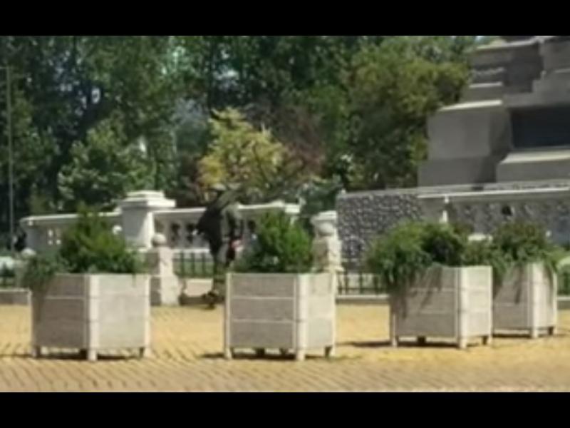 """Куфар с надпис """"бомба"""" взривен до Народното събрание (ВИДЕО) - картинка 1"""