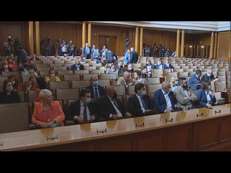 ГЕРБ и партньори бойкотираха извънредното заседание на парламента (СНИМКИ)