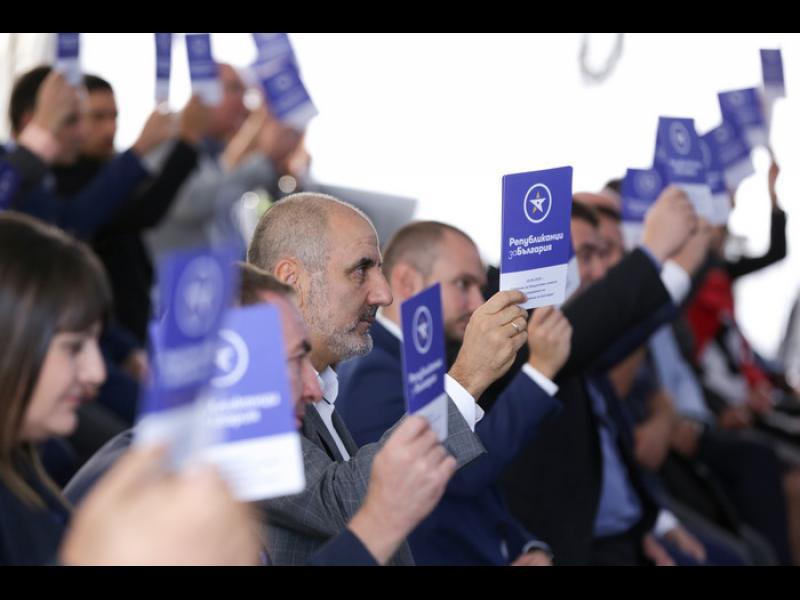 """Цветанов представи лицата на """"нелидерската"""" си партия, ще обединява център-дясното"""