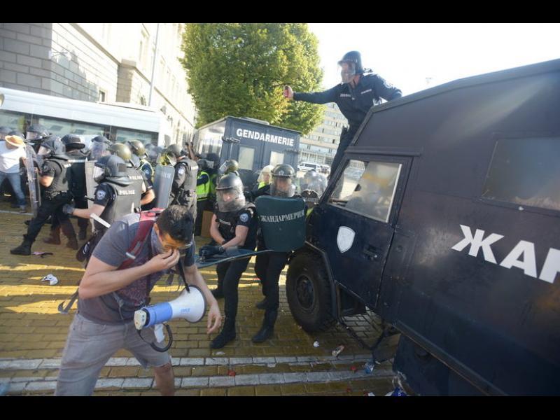 Полицията използва лютив спрей срещу протестиращите