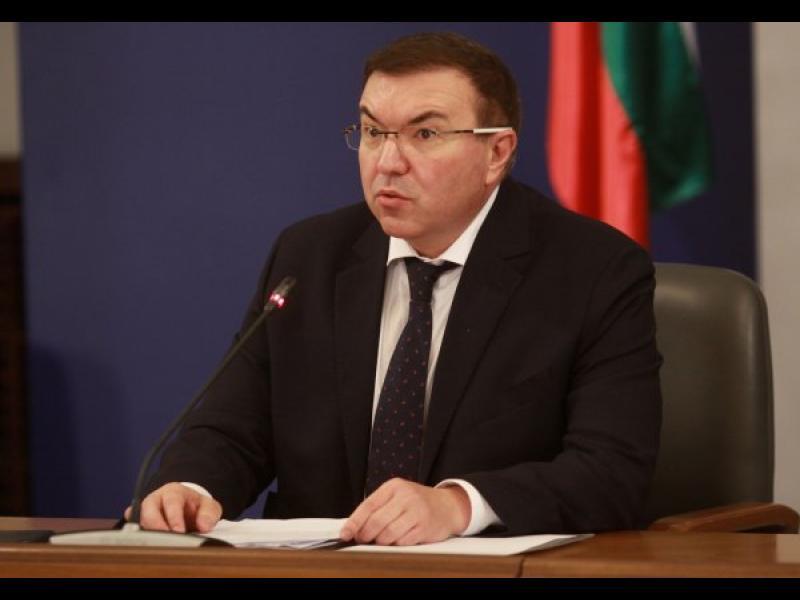 Здравният министър: Маските стават задължителни и на открито