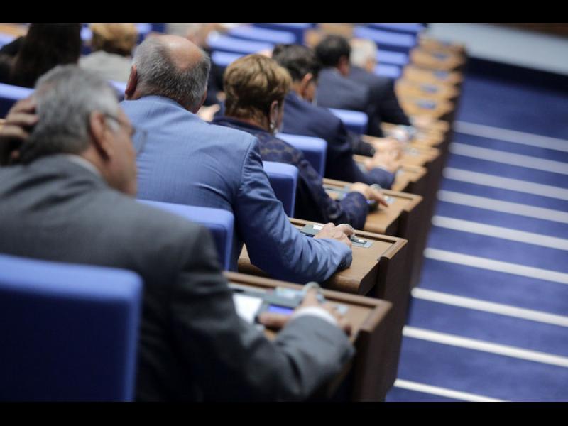 Парламентът няма да работи днес, защото опозицията пръскала вирус и разболяла управляващите