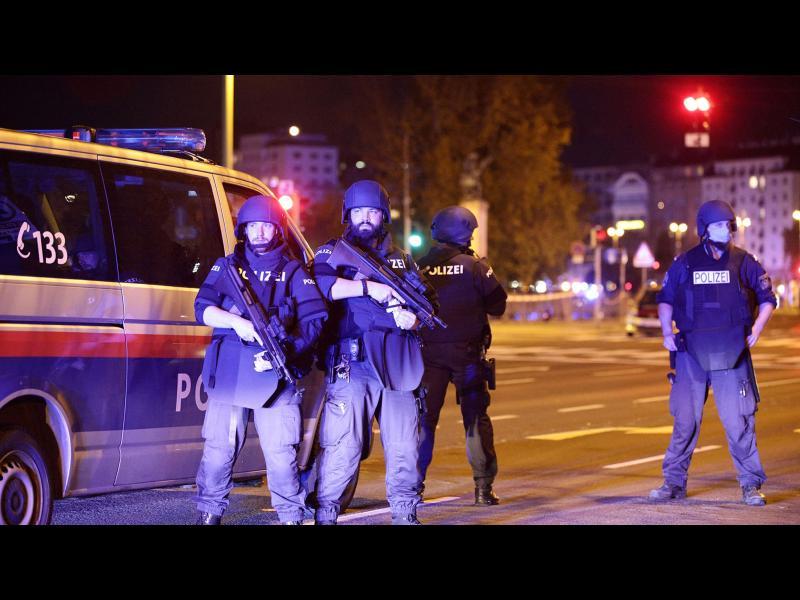 Четирима убити и десетки ранени във Виена