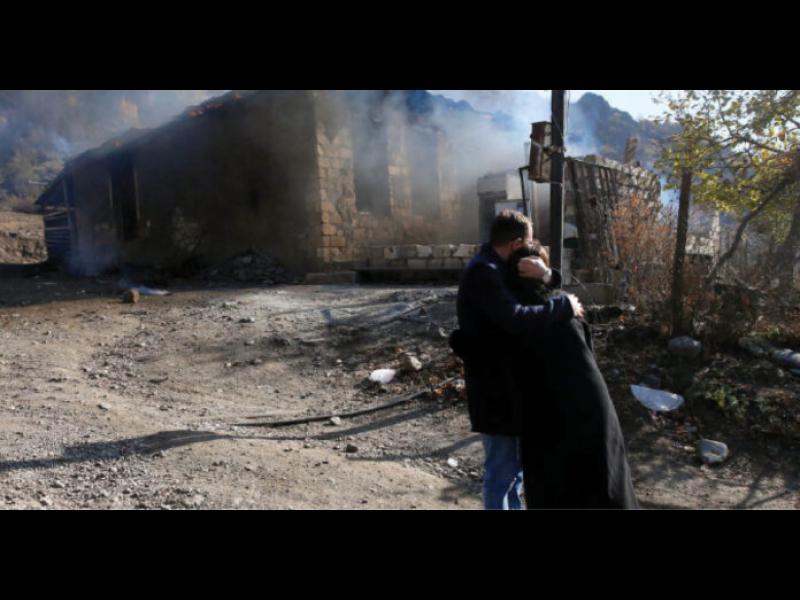 Арменци палят къщите си и напускат града, върнат на Азербайджан