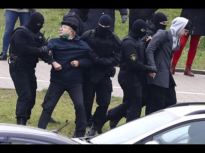 Близо хиляда протестиращи са задържани в Беларус