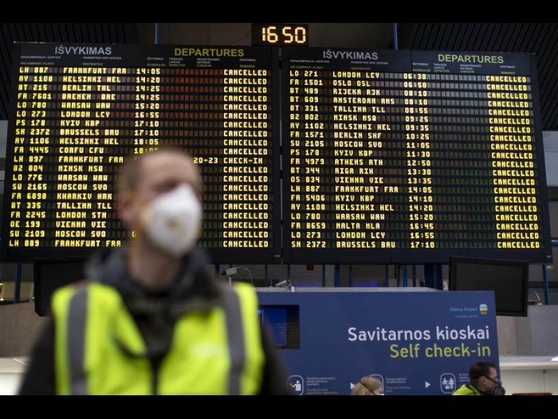 Десетки страни спряха полетите от и до Великобритания. Пътниците от 3 полета до България - карантинирани