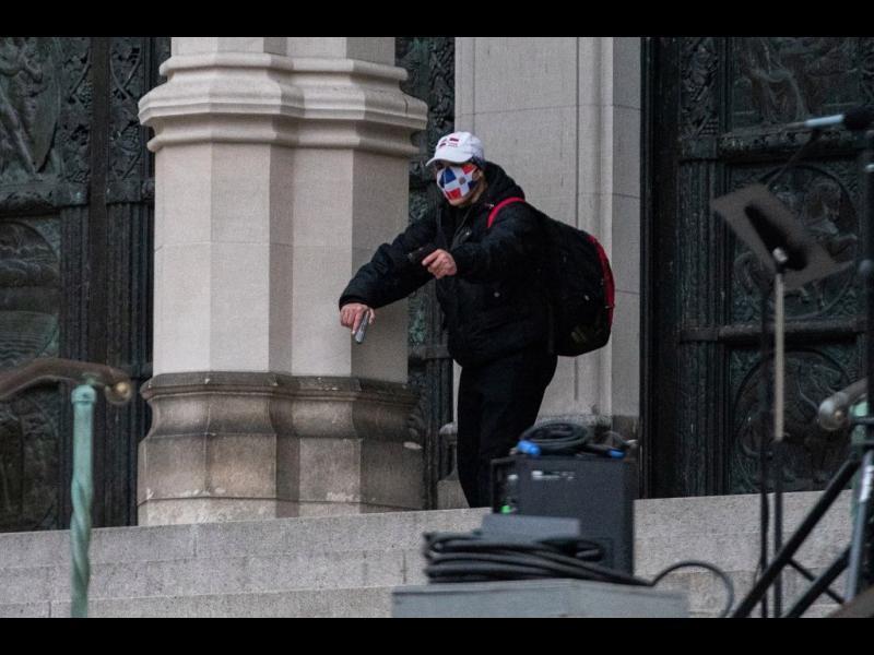 Мъж откри огън пред катедрала в Ню Йорк, полицията го застреля