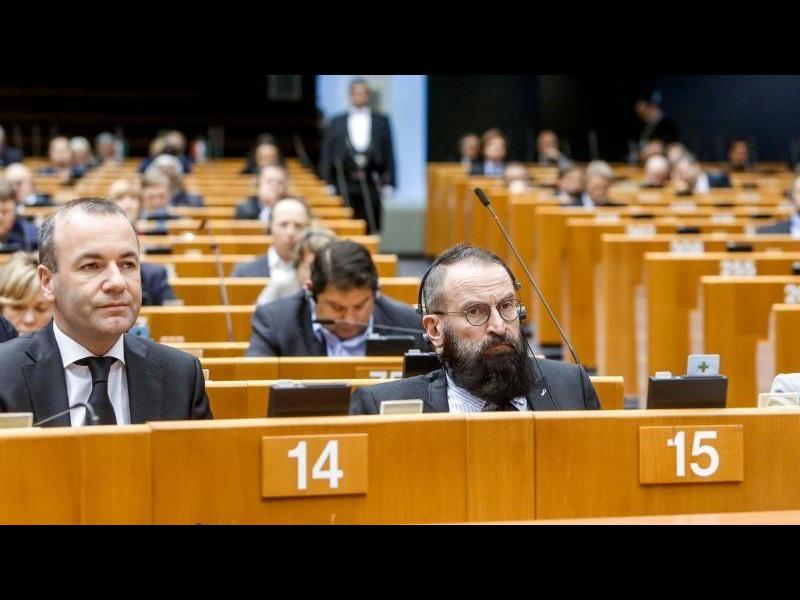 Яростен хомофоб бе хванат на голо мъжко парти и напусна Европарламента