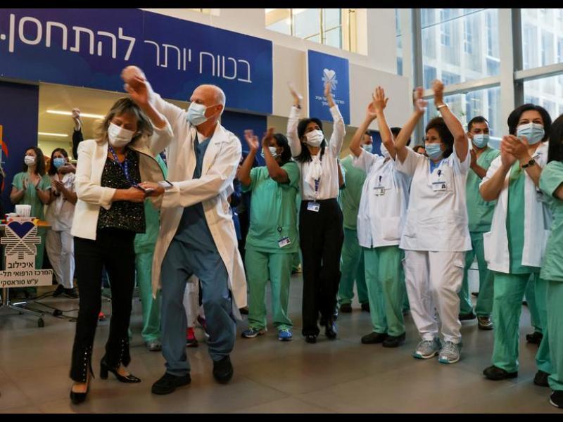 Как Израел ваксинира населението си толкова бързо?