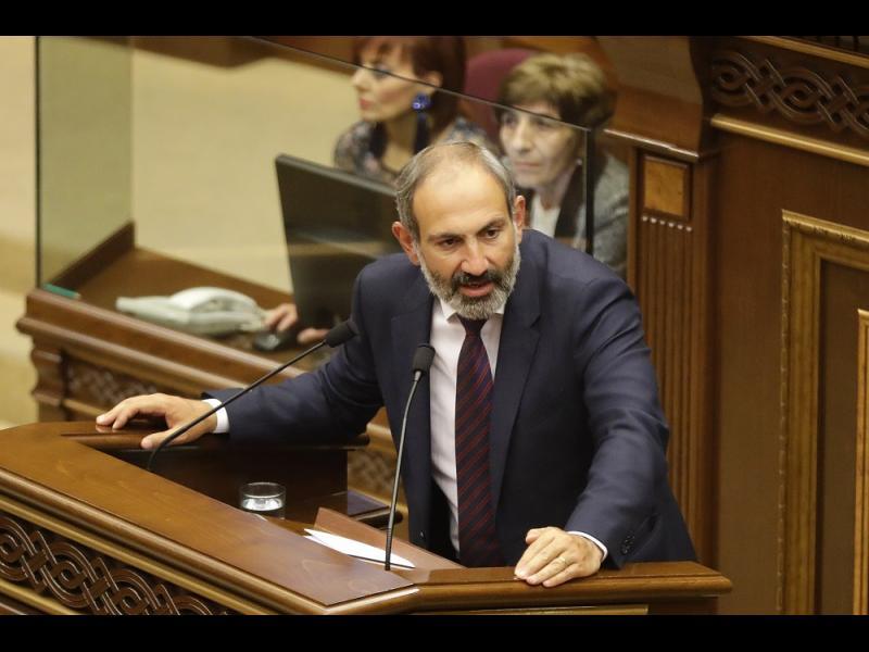 Военните се опитаха да свалят арменския премиер. Той уволни шефа им и свика митинг