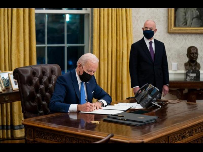 Байдън отменя антиимигрантски мерки на Тръмп