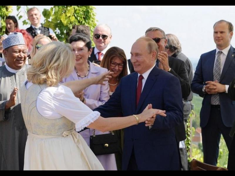 Танцувалата с Путин австрийска външна министърка става шеф в Роснефт