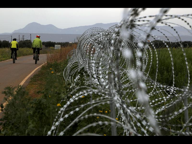 Кипър строи ограда, за да спре бежанците откъм турската част на острова
