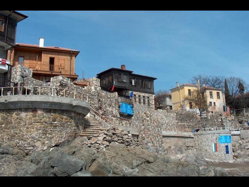 Скрита гледка към морето, затворен ресторант и една бутафорна крепостна стена