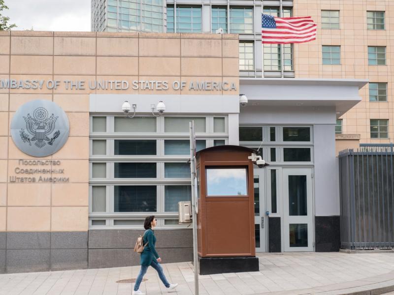 Американското посолство в Москва спира консулските услуги