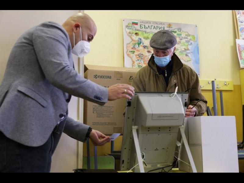 ЦИК експериментира: 75 души гласуват за час с машина