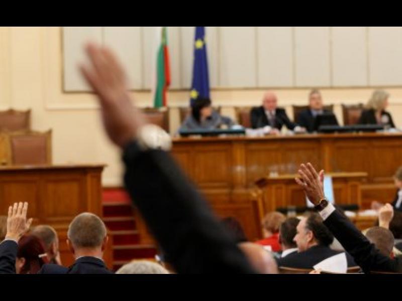 Парламентът отхвърли намаляването на партийната субсидия. Трифонов обвини останалите партии - картинка 1