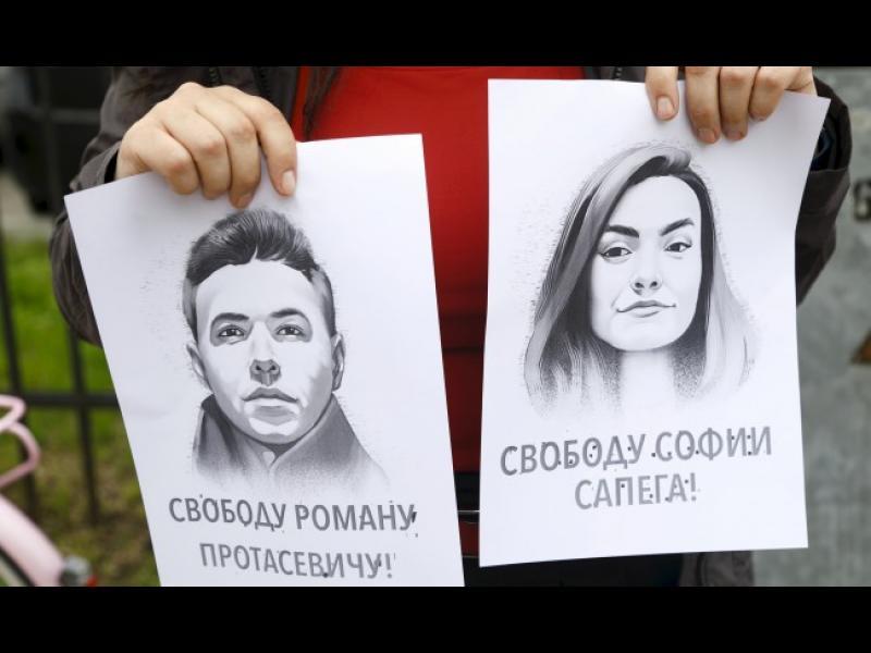 Беларуският дисидент Роман Протасевич и приятелката му София Сапега са пуснати под домашен арест