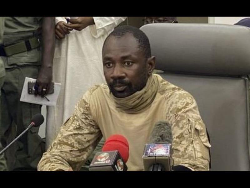 Нападнаха с нож президента на Мали по време на молитва - картинка 1