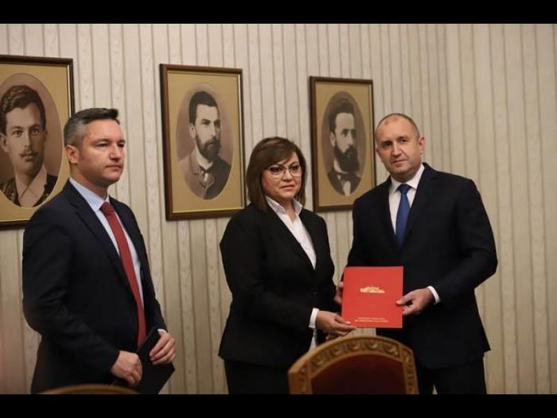"""Радев връчи мандата на БСП заради """"хилядите почтени социалисти, които познава"""""""