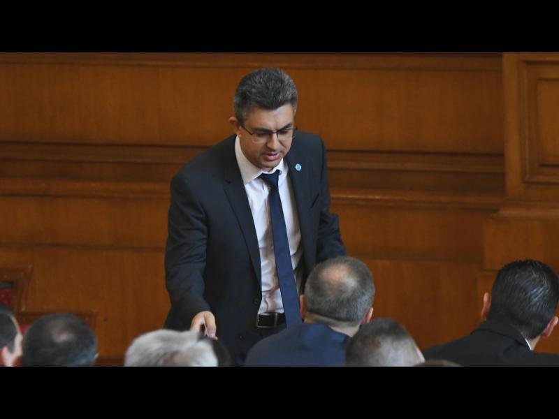 """От втори опит: Парламентът освободи Пламен Николов от бремето """"премиер"""""""