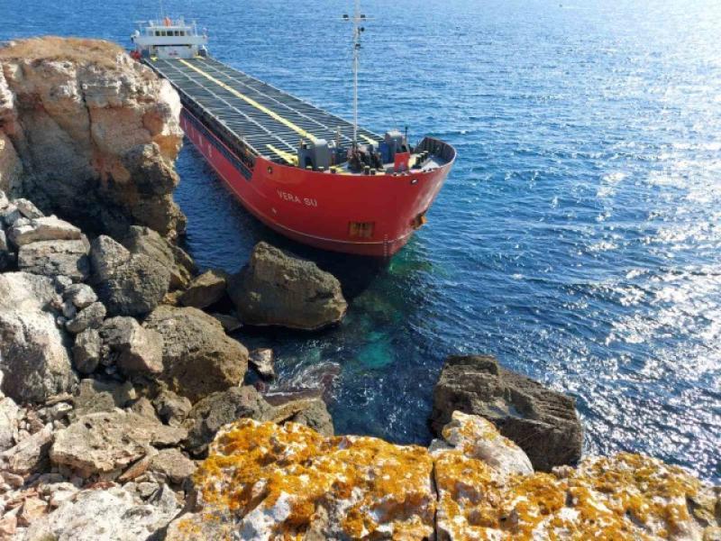 Голям кораб се вряза в брега до Каварна