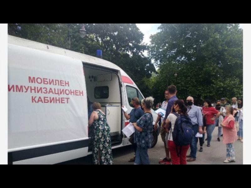 Антиваксъри нападнаха ваксинационен пункт във Варна