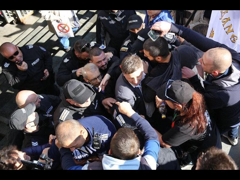 Антиваксъри нападнаха министър Денков (СНИМКИ)